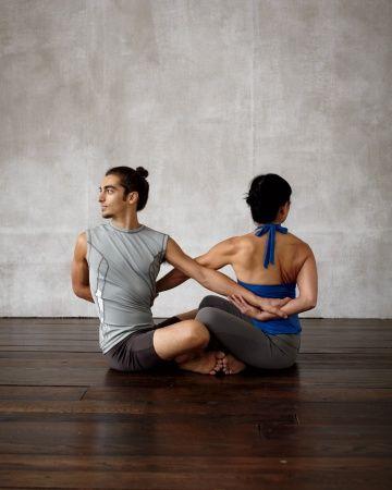 1 giro sentado yoga de a dos – Como hacer yoga en casa ...